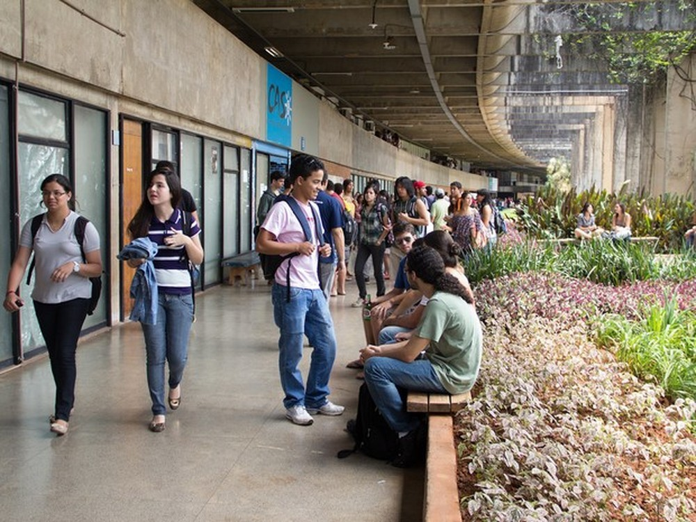 Alunos da UnB conversando no Instituto de Central de Ciências do Campus Darcy Ribeiro (Foto: Emília Silberstein/Agência UnB)