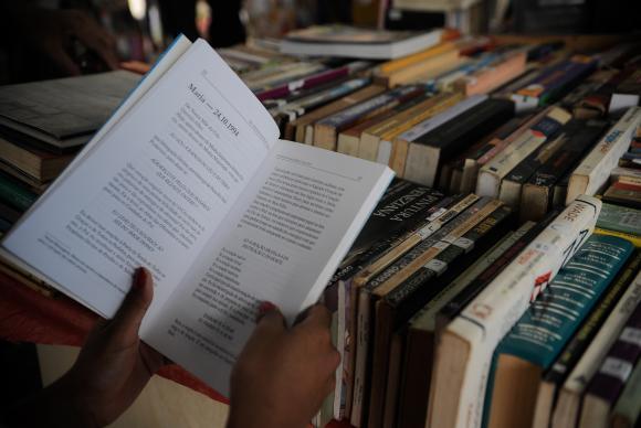 A tradicional e popular Feira de Livros itinerante, que ocorre em várias praças da cidade do Rio de Janeiro, está comemorando 60 anos, com uma edição especial no Largo da Carioca (Fernando Frazão/Agência Brasil)